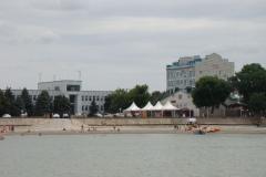 """Вид с моря на кафе """"Платан"""" и городскую администрацию"""