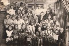 На обороте этой фотографии написано - 19 мая 1950-го года. Школа № З, ул. Ленина, Приморско-Ахтарск. Оказывается эта школа сначала была 3-ей, потом 2-ой начальной